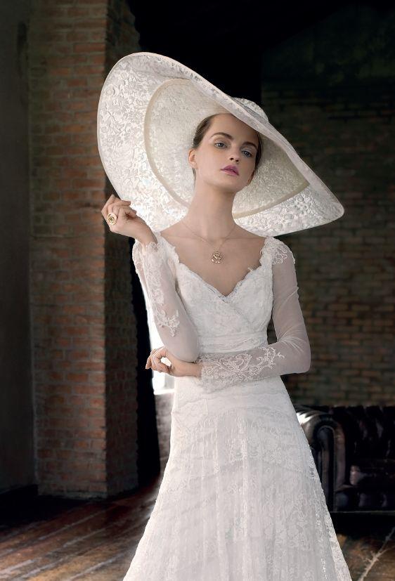 Abito Roberta Lojacono Spose. Cappello Acconciature Carla. Stylist Elisa Nascombene - ph. Antonio Redaelli. Vogue Sposa n. 131 - Gennaio 2015