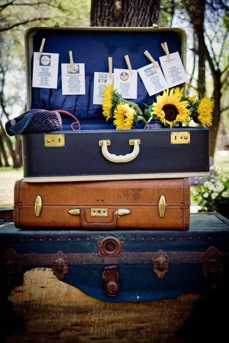 déco mariage champêtre - valises en bleu foncé et marron clair décorées de tournesols et cartes de vœux
