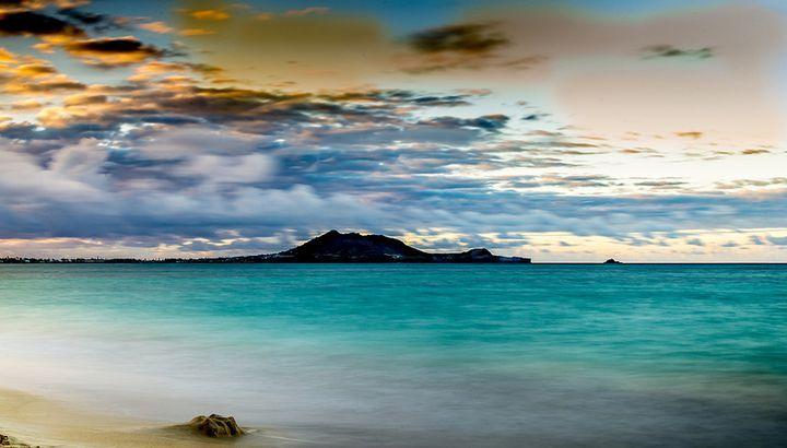 世界中から愛される永遠の南国リゾート、ハワイ。今回はハワイの中でもワイキキビーチなどで有名な「オアフ島」の中でオススメしたいスポットを絶景スポットやビーチ、ショッピングモールや歴史を感じる記念館など25ヶ所をご紹介します。訪れてオアフの歴史や美しさを知れば、あなたもきっとハワイが好きになるはず!