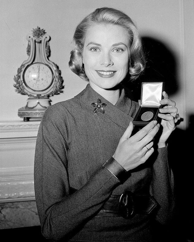 1956 Grace Kelly recogió una medalla del Departamento del tesoro de Estados Unidos, con un estilo elegante y sofisticado. Al día siguiente viajaba a Mónaco para casarse con el Príncipe Rainiero.