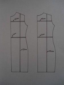 Para reduzir o molde de um vestido, trace uma linha na vertical, do meio do ombro até a barra. Trace uma linha na horizontal, no meio da cava e outra na linha da cintura. Dobre nas linhas, diminuindo 0,5 cm na cava, 1 cm na cintura e 0,5 cm na linha do ombro a barra.