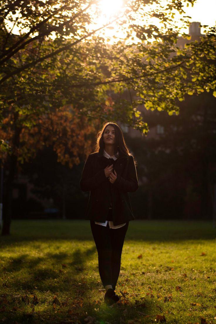 Ein herbstliches Outfit, mit elegantem und gemütlichen Style. Schwarzweiß Outfit: Fashion perfekt für den Herbst, aufgepeppt mit dunkelgrünem Mantel.