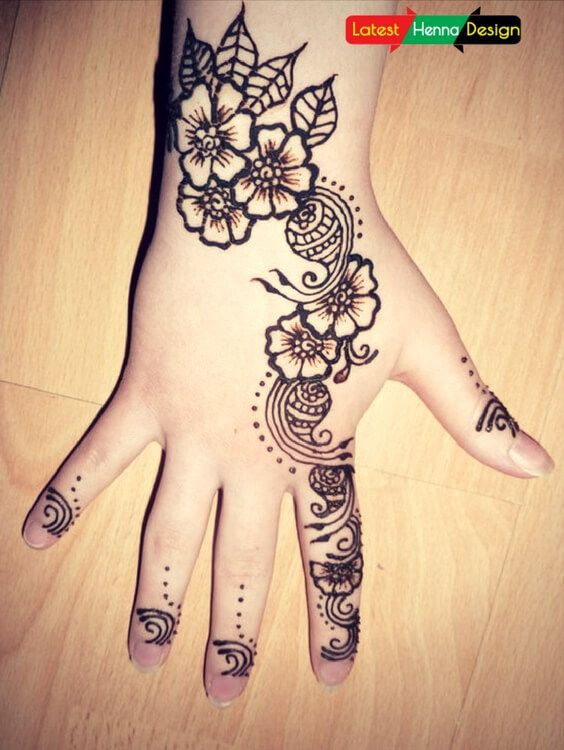 Diagonal Mehndi designs for Kid.  The best simple, beautiful, diagonal mehndi designs start with flowers and petals follow towards the finger with peacock designs with small flowers and petals leaving the major area blank.  http://www.latesthennadesigns.com/2017/05/15-simple-mehndi-designs-for-kids.html  #henna #hennadesigns #hennaforkids #forlove #forkids #mehndi #mehndidesigns