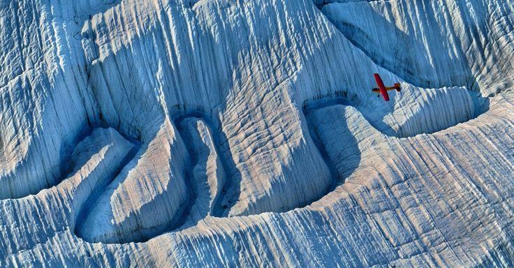 Avião parece um brinquedo sobrevoando uma das mais de 100 geleiras em um dos maiores parques nacionais dos EUA. Quatro grupos de montanhas se encontram no Parque Nacional Wrangell-St. Elias, Alasca