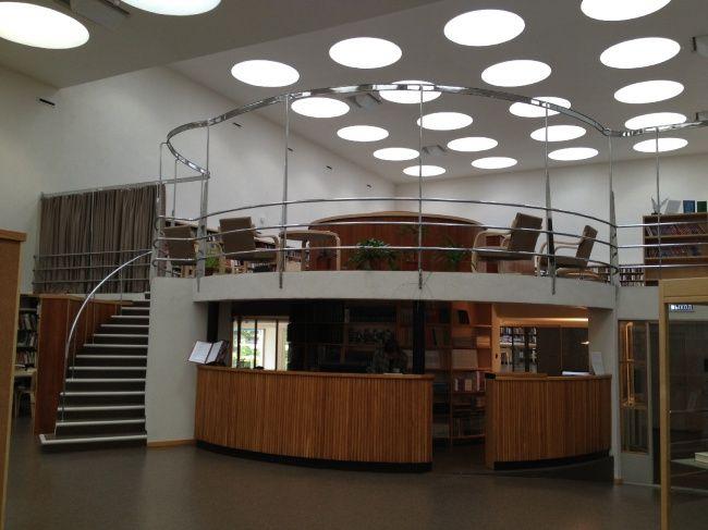 Библиотека Аалто в Выборге. Стойка регистрации и вертикальное ядро с лестницами связывает все залы с книгохранилищем. Фотография © «ДНК аг»