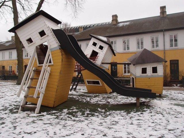 Casa inclinada en el parque de juegos en Göteborg.