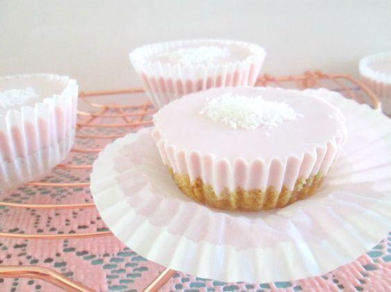 Cupcakes van koekjes met aardbeienkwark en gelatine.