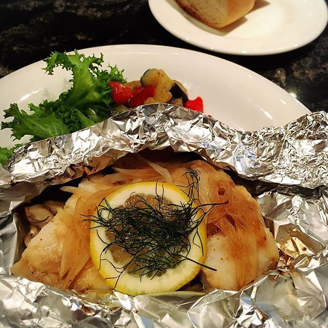 Instagram【queens_bath_resort】さんの写真をピンしています。 《今週の週替わりランチは白身魚のホイル焼きです! 付け合わせの野菜もとても美味です(^^) 週替わりランチはバケットとライス、お好きな方をお選び頂けます(^^) ご飯少なめに…なんてご要望もお気軽にスタッフにお申し付け下さい(^-^)! スタッフ一同ご来店お待ちしております! #queensbathresort#クイーンズバスリゾート#お台場#夜景#景色#女子会#ママ会#ベビーカー#ランチ#食べ過ぎ注意#美味#週替わり#バケット#白米#魚》