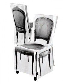 Coprisedia 4mek Tissu in 100% cotone, France Coprisedia in 100% cotone biologico. Decoro stampato digitalmente su tutti i lati della sedia. Rivestimento con fiocchetti di chiusura sul retro sedia. Colore bianco e nero. Lavabile a 40°C in lavatrice. Made in France Dimensioni della sedia da coprire: -Seduta: 44x35xH46cm -Schienale da terra:H86x 44cm larghezza