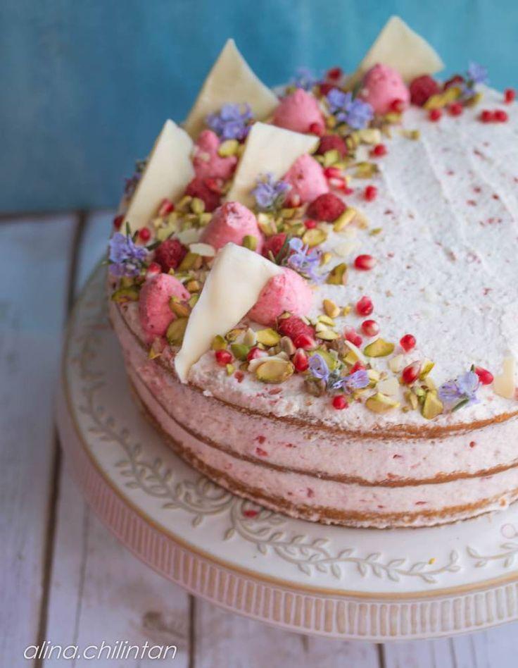 Tort de vanilie si crema de zmeura Acest tort este unul foarte racoros si aromat. Eu am preferat zmeura de data aceasta, dar la fel de bine merge si cu afine, capsuni, mure. Chiar si visinile cred ca ar merge perfect. Blatul umed de vanilie are o alta consistenta decat pandispanul clasic, este mai dens,...Mai departe