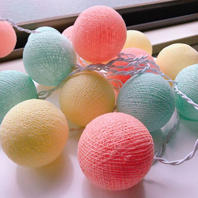風船に毛糸などの糸を巻きつけて作る「String Ball(Yarn ball)」は、一見難しそうですが、実はとっても簡単に作ることができるんです。ランプシェードにしたり、ガーランドやモビール、オーナメントとして吊るしたり。大きさや色によって、いろんな活用方法があるんですよ。基本の作り方と、素敵な活用アイディアをご紹介します。