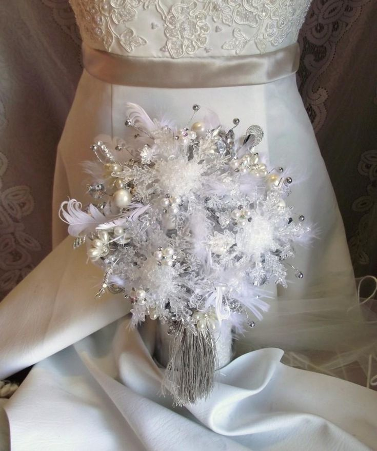 winter-wedding-bouquet-snowflake-bouquet-winter-bridal-bouquet-winter-bouquet-christmas-wedding-tassel-bouquet-feather-wedding-bouquet.jpg (900×1076)