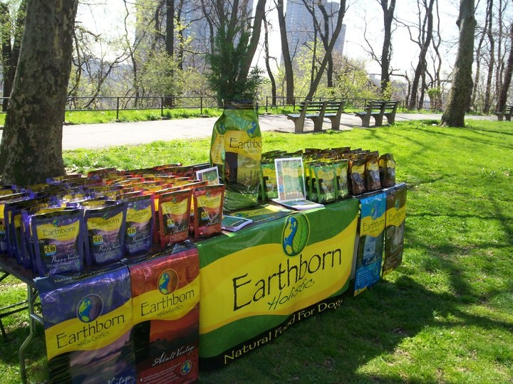 Earthborn Promotion in einem Hundepark in New York
