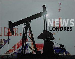 *** PRIX DU BARIL DU PETROLE ***  LONDRES: Les cours du pétrole montaient mardi en fin d'échanges européens, se reprenant, aidés par un grève au Koweït, après leur décrochage de la veille, les investisseurs ayant digéré l'absence d'accord des grands producteurs réunis dimanche à Doha.