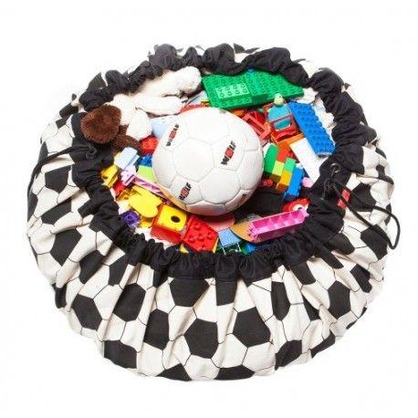 Een legoblokje waarop u trapt als u net uit de douche komt of uw zoon die dramatisch huilt omdat hij zijn favoriete Playmobil-poppetje niet kan vinden. Herkenbaar? De oplossing is even geniaal als eenvoudig: de Play&Go opbergzak! Een veelzijdige zak die u kunt gebruiken op twee manieren. U gebruikt hem als u het speelgoed wilt opbergen maar ook als speelmat is de Play&Go ideaal! Ook handig als er onverwacht bezoek komt: in een wip is alle speelgoed opgeruimd!