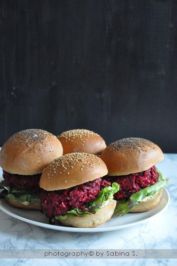 Hamburger vegetariani con barbabietola rossa e feta