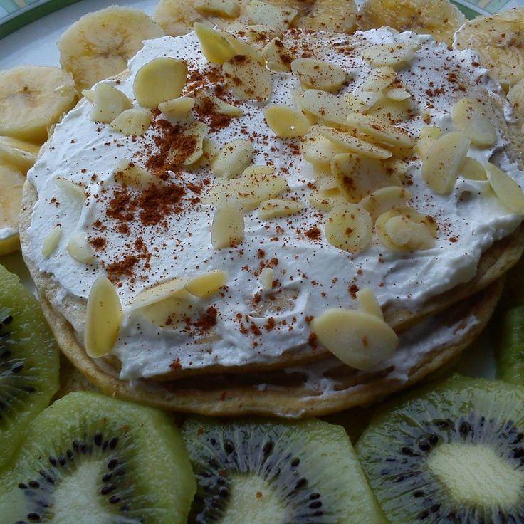 Panqueca de aveia com queijo quark, fruta, amêndoa e canela!  Receita das panquecas no nosso blog conceitofit.com