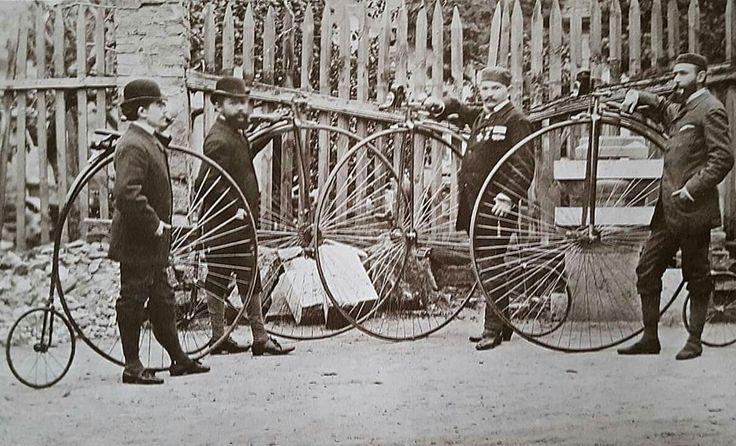 Velocipédezők a Király utcai, egykori Valero selyemgyár előtt .