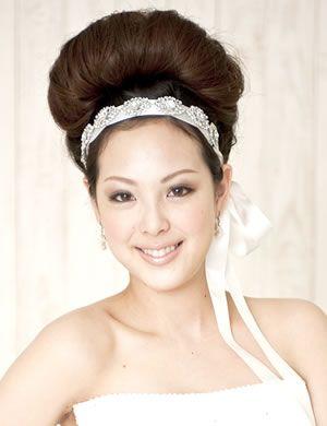 カチューシャ / 結婚式(二次会)のお呼ばれパーティ髪型!一番 ... ボリューム感のあるトップがポイントの、モダンで個性的なヘアアレンジ