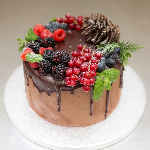 Πλούσιο chocolate cake με στρώσεις από chocolate cheese frosting and dripping chocolate sauce!
