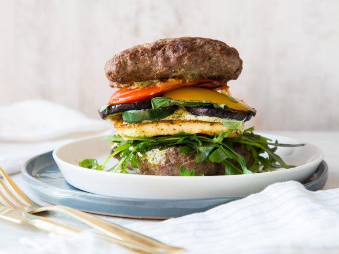 Brotloser Low-Carb-Burger mit Halloumi und Grillgemüse