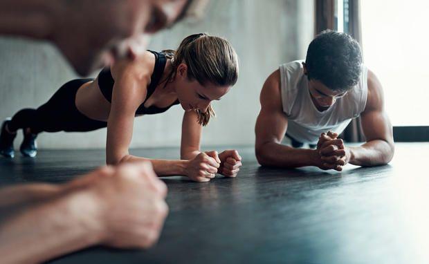 Was hier so einfach aussieht, ist in Wahrheit eine effiziente Fitnessübung!