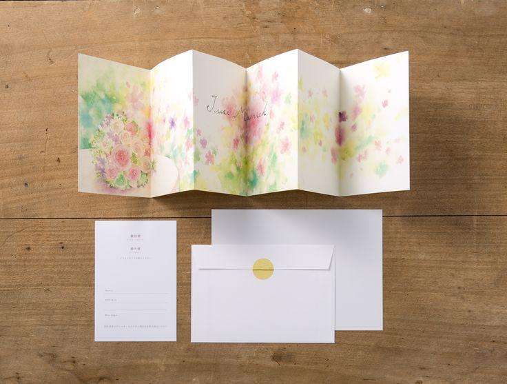 【ファンファーレ招待状-作家フジエシュンスケ(A)】結婚式が待ち遠しくなるような、 遊び心を詰め込んだ招待状。 開くとそれぞれの作家ならではの楽しい イラストと一緒にゲストを結婚式にご招待できます。