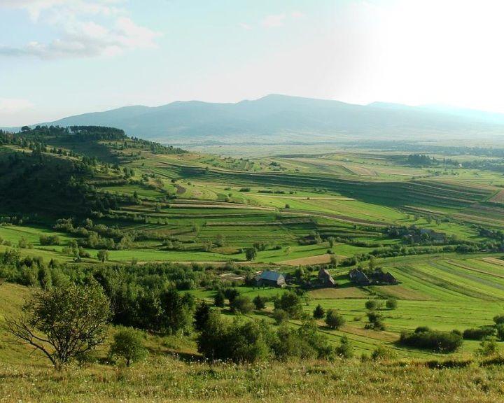 Ősiségünk nyoma - a pallag-kultúra Erdélyben - The Terrace  Culture/ pallag culture in transylvania - made by hungarian ancestry - kétségtelen tény, hogy a Tatárlakán talált 7500 éves rovott amulett előtt már állt a pallagkultúra. Székelyföldön, pallagnak nevezi a gyergyószéki székely már ősidők óta - The hungarian-székely people call terrace > Pallag since ancient timesPallagkultúra