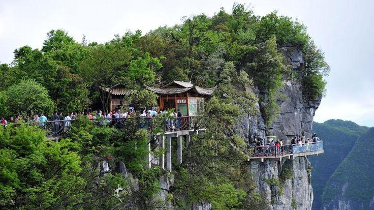 Der Nationalpark rund um den Tianmen-Berg gehört mit seinen schroffen Felsen und der dichten subtropischen Vegetation zu den beliebtesten Touristenregionen des Landes. Bereits 2011 wurde hier ein atemberaubender Skywalk mit gläsernem Boden errichtet.
