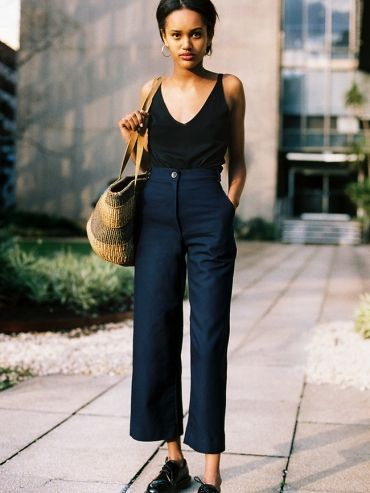 Pantalon taille haute 7/8 bleu marine + caraco carbone + Doc Martens basses noires