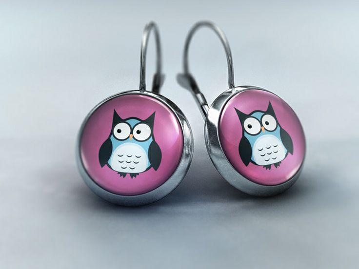 Ohrhänger Glascabochon - Kleine pastellblaue Eule auf rosafarbenen Hintergrund von Schmuckkauz
