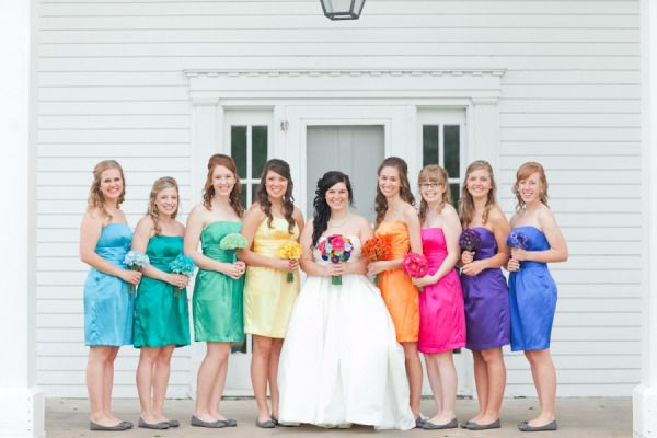 Esta noiva quis um casamento divertido e cheio de cores. Resultado? Um arco-íris de madrinhas de casamento!