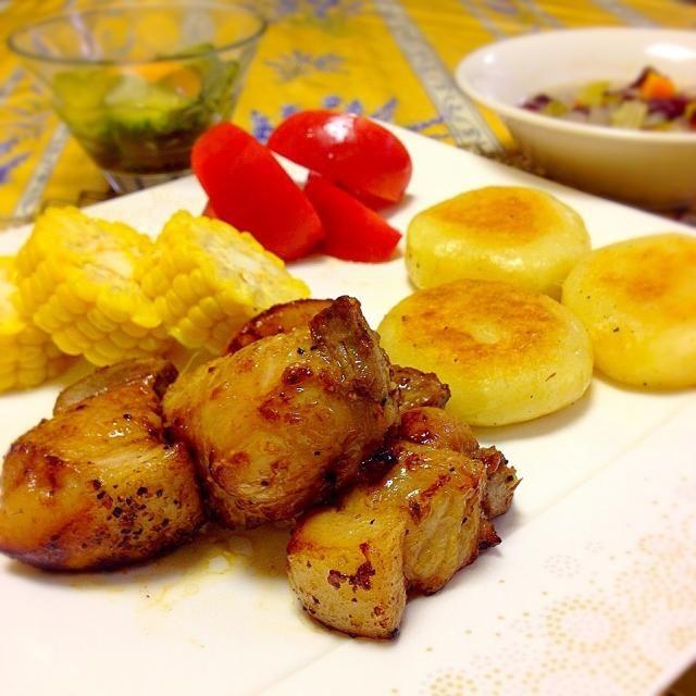*エクアドル料理 フリターダ と ジャピンガチョス(Llapingachos con Fritada)  ジャピンガチョスはマッシュポテトにチーズを入れて焼いた料理。 フリターダは豚バラをお肉自体の脂で焼揚げた料理です。 - 84件のもぐもぐ - *エクアドル料理 フリターダ と ジャピンガチョス by Kayorina