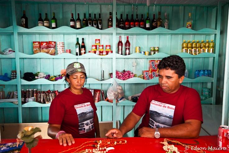 Silvana e Érico em sua venda instalada no Recanto do Boto em meio ao Rio Negro - #Amazonas