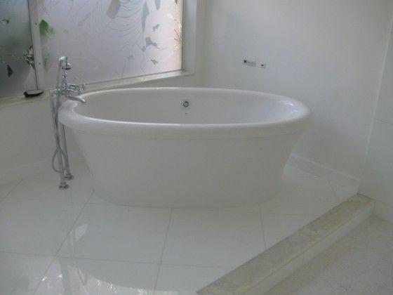 #bathroom #luxury #luxurybathroom #tub #luxurytub #home #design #naturalstone #white #whiteonyx #onyx #southflorida #delraybeach #natureofmarble #onyxbathroom #onyxbath #onyxbathtub