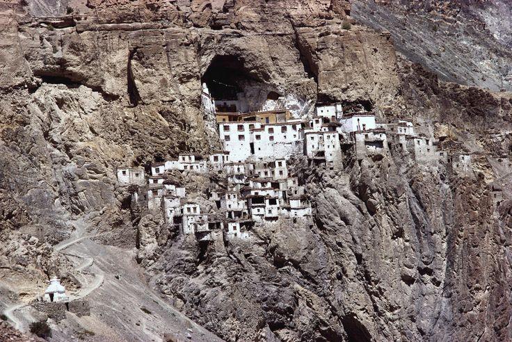 Гомпа Фуктал, Индия / Phugtal Gompa, India  Укрепленный монастырь в скалах, расположенный в горах Ладакх, на берегу реки Тсарап в Гималаях. Монастырь построен как соты в скале, там проживает около 70 монахов.