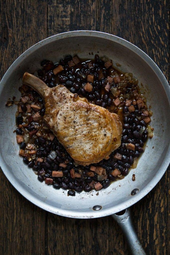 Chops de porc et ragoût de fèves noires et saucisson à l'ail