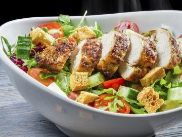 Křupavý salát s pečeným kuřetem, krutony z žitného chleba a s česnekově-medovou zálivkou