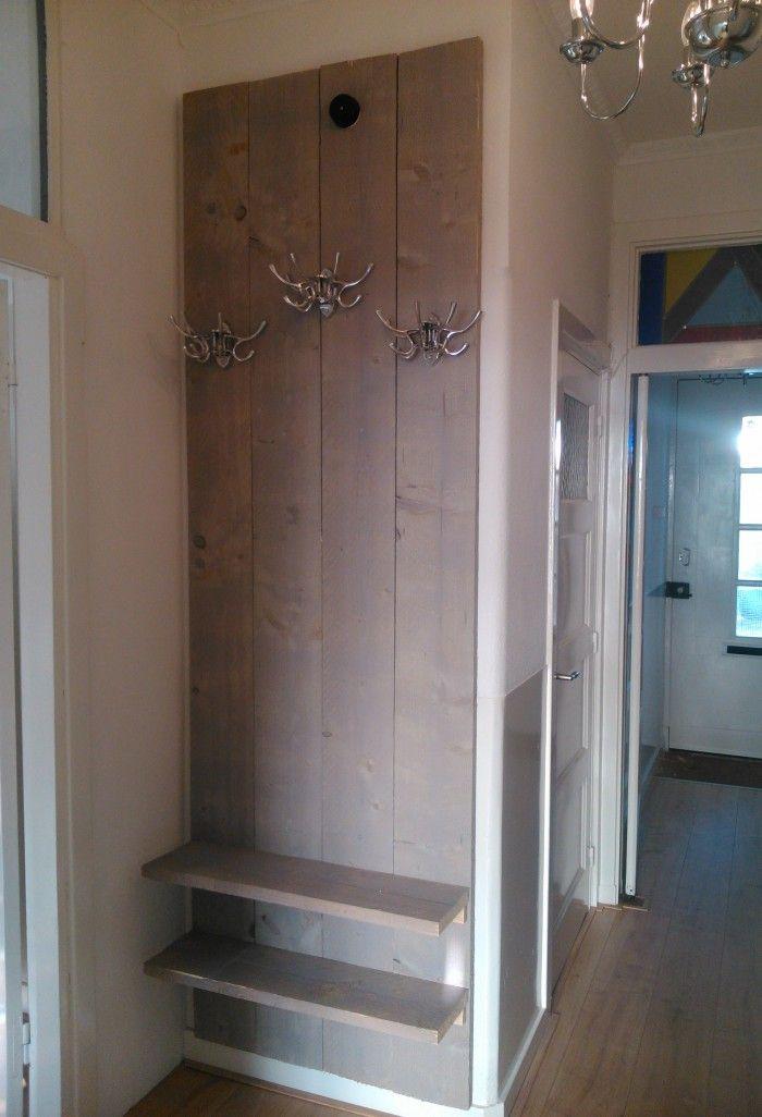 Kapstok gemaakt van grijze steigerhouten planken