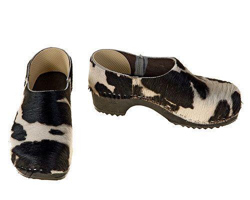 Bei unseren schwarz-weißen und braun-weißen Kuhfell Clogs handelt es sich um bedruckte Felle, die in ihrer Zeichnung variieren. Daher kann diese Ab...