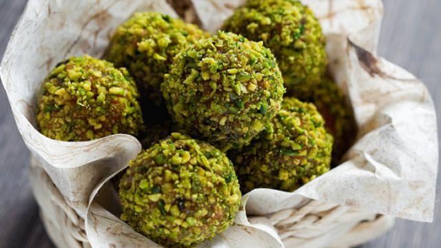 Boules aux noisettes et à la pistache _ http://www.cuisineaz.com/dossiers/cuisine/gourmandises-chocolat-noel-14712.aspx