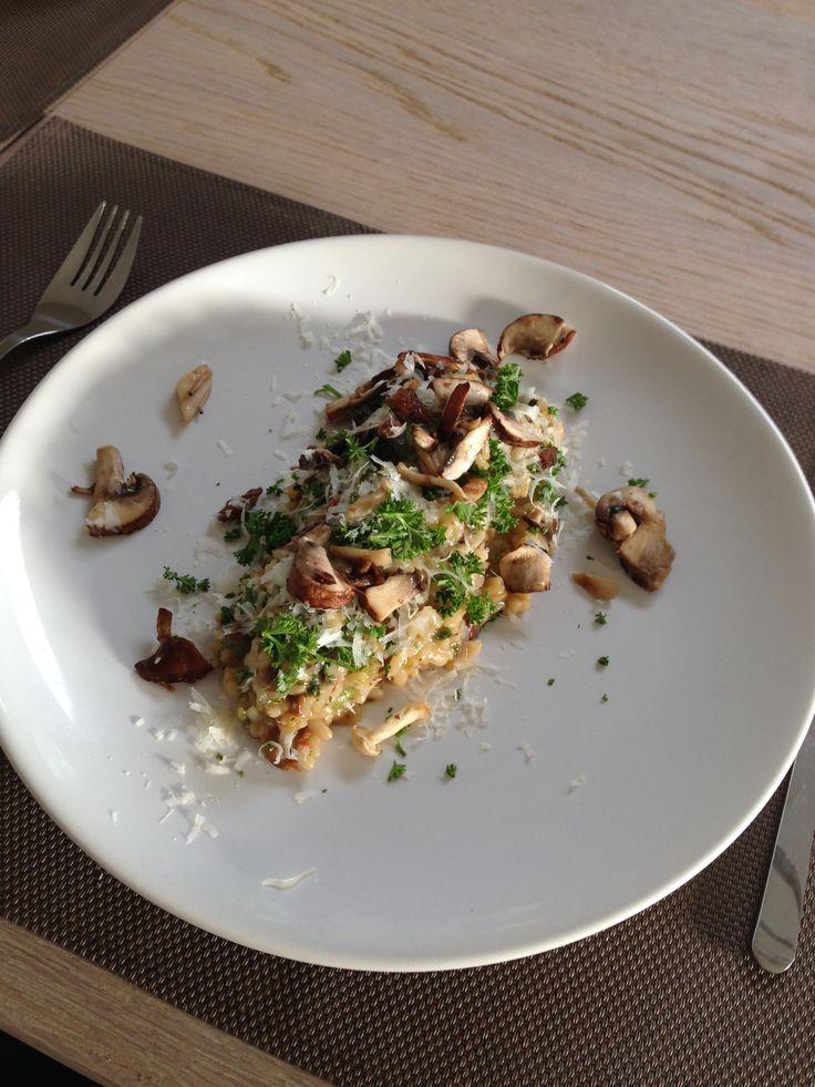Champignon risotto met als garnering parmezaanse kaas en gehakte peterselie