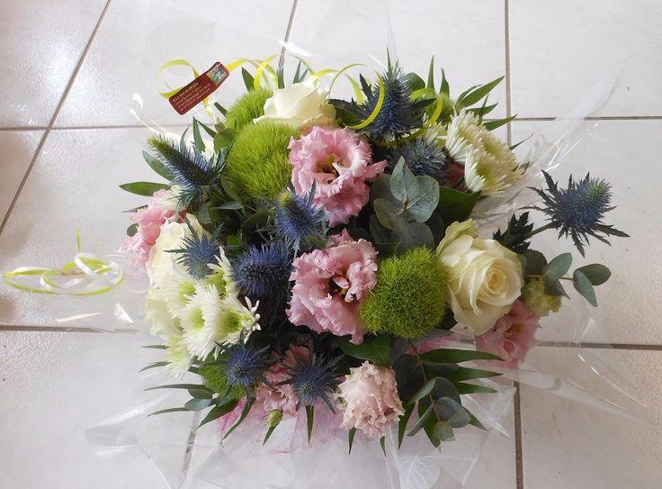 Commandez directement vos fleurs aux fleuristes locaux. Ici c'est A la Magie de Léa qui vous propose une création originale à 57€ Bouquet rond réalisé en fleurs variées, avec de la rose blanche, du lisianthus rose, de l'eucalyptus, et autres fleurettes. Livré avec une réserve d'eau afin de préserver la fraîcheur de la création. en livraison autour de Bourges https://www.coleebree.com/bourges/a-la-magie-de-lea/bouquets?command=cec3114c-4a87-4133-92d6-b09c7fafe33a