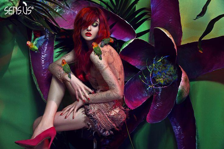 TROPICAL mostra stampe colorate e floreali, evocative di giungle e mondi esotici.  Abiti dalle forme leggere e sinuose, effetti seta e trasparenza, sono un omaggio alla donna sensuale che sa ammiccare all'erotismo.  Il piacere della seduzione che sfiora la provocazione, è sottolineato dal ritorno delle gonne mini e maxi che ritroviamo nelle collezioni Primavera/Estate di Carmen Marc Vallo, Clover Canyon e Bluemarine.