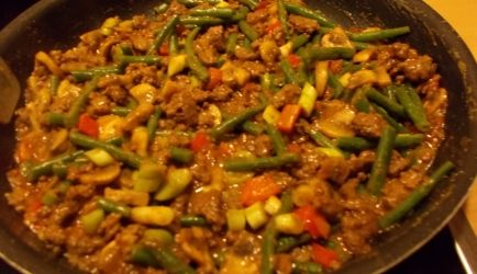 Het geheim van de lekkerste bami goreng is om de mie al een dag van tevoren te koken. Daarna even afspoelen met koud water, laten uitlekken en omhusselen met...