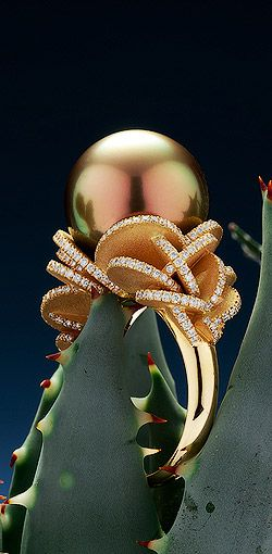 Robert Wan, ring Desert Rose Tahitian pearl peacok orange reflection with 270 diamonds on yellow gold