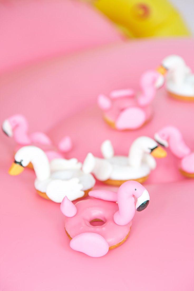 Pool float swan & flamingo donuts / Des beignes de flamants rose et de cygnes