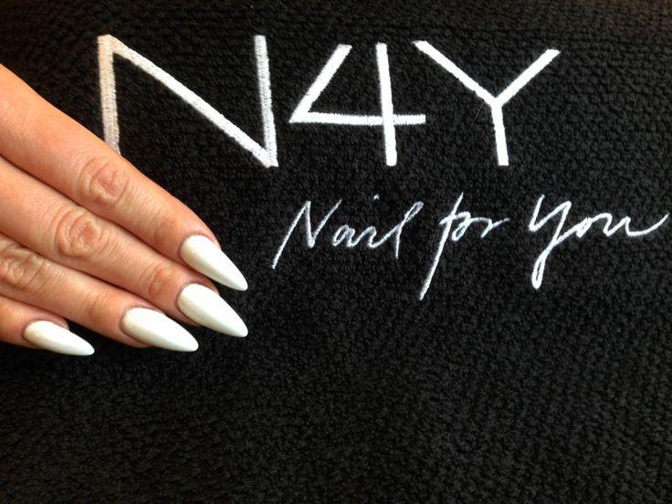 Gele negle forstærket med Naillac ( gel polish ) i kridt hvid uv gele. Disse negle er bygget op på skabelon uden brug af negle tipper. Kunne du tænke dig at lærer at lave negle med Naillac så kom på vores negle kursus eller også kan du tage hele vores negletekniker uddannelse.