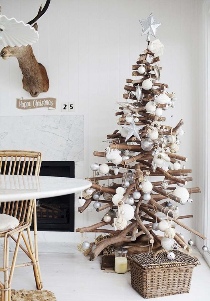 sapin en bois flotté avec décorations blanches super élégantes
