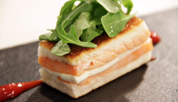 Sandwich de Salmón Noruego fresco con queso y rúcula.  Querrás volver a merendar…